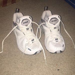 😍 White Sneakers
